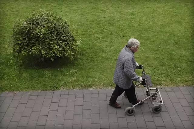 【潮流新品】专为老年准备,多功能多重守护的智能助行器