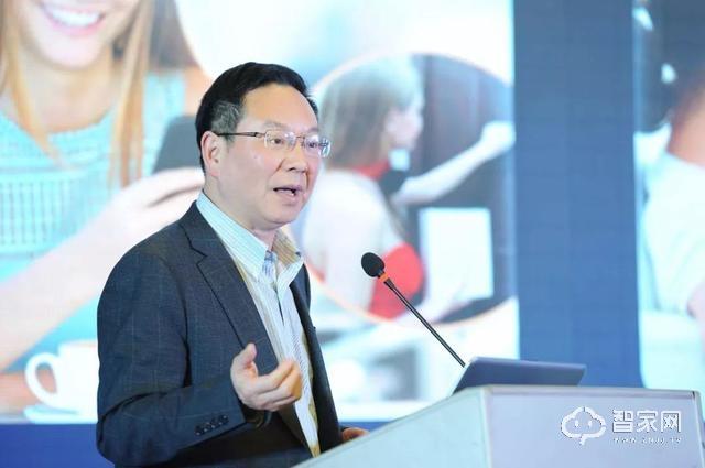 姜总在现场向与会嘉宾分享多灵NB-IoT智能门锁解决方案